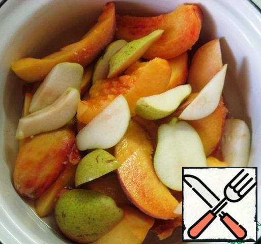 Cut the fruit into pieces, put it in a saucepan, pour in 150 ml of water and simmer until soft, stirring the fruit gently from time to time (7-8 minutes).