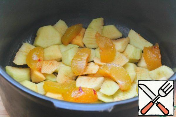 Peel the apples and cut them into thin slices. Put the apples on the bottom of the bowl of the slow cooker. I added plums - there were not enough apples. If you don't want to, don't peel the apples.