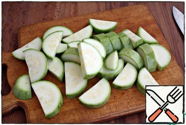 Zucchini cut lengthwise, cut into a thickness of about one and a half centimeters, throw in bulk in a baking tray...