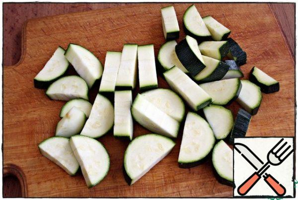 The zucchini in half lengthwise, cut into, throw down in the pan...
