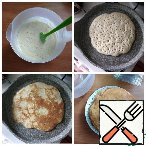 We send the grated apples to the dough and pour 1 tbsp of sunflower oil there. Pour the oil so that when baking pancakes, do not grease the pan every time. Warm the pan, the pan I have D-22 cm. Pour the dough and bake the pancakes on both sides until a beautiful ruddy color. To bake the first pancake, you can grease the pan a little, then you do not need to do this, there is oil in the dough. From this amount of dough I got 9 pieces of pancakes D~15-16 cm. It is convenient to knead the dough in a bowl with a spout, and then immediately pour the dough from it into a pan for baking pancakes.