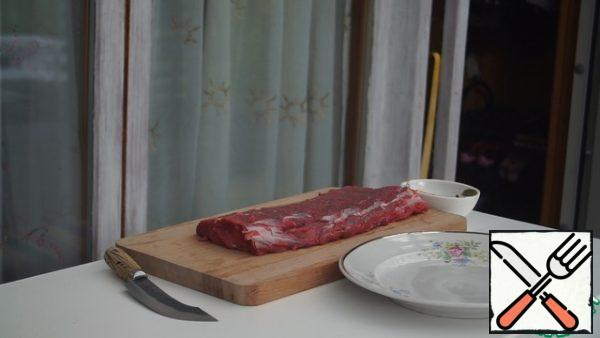 Remove the beef from the bones and remove the veins. Cut into steaks about 5 cm thick.