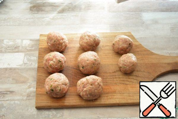 Form small balls of minced meat.