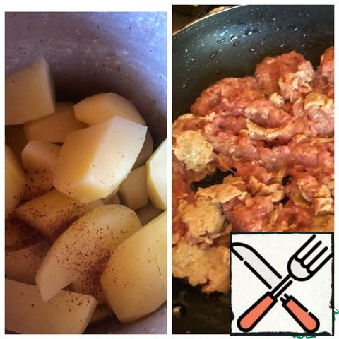 Peel the potatoes and boil them in salted water. Drain the water, add the curry to the potatoes and mash the potatoes with a masher. Fry the minced meat in vegetable oil over high heat, stirring constantly and breaking the minced meat into small pieces with a fork. When almost all the liquid has evaporated, add the ketchup, stir and fry for another minute.
