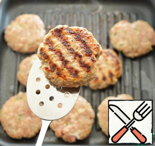 Brush each cutlet with vegetable oil.