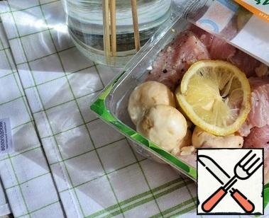 Add salt and mix. Leave for 30-50 minutes. Then pour in the oil and mix again.
