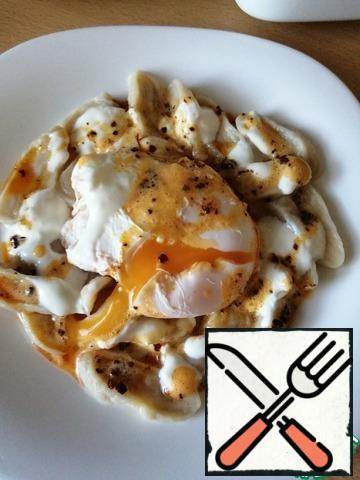 Then the eggs are mixed with the dumplings and sauce. Sprinkle with savory to taste. Bon Appetit!!!