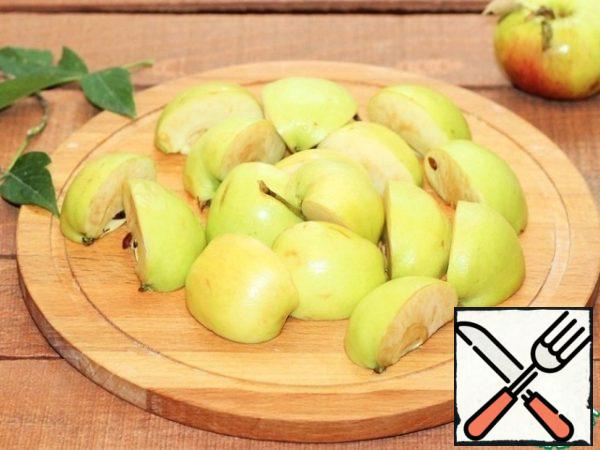 Prepare the apples. Apples Are not cleaned from seeds and skins. Cut each into 4 parts.