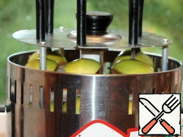 I used to cook in an electric oven. Very convenient, you do not need to lubricate the barbecue. Apple juice flows from the baked apples onto the meat and moisturizes it. If you have the same skewer, then Apple slices should be planted like mine. To make the Apple juice run down on the meat.