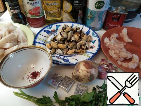 """Squid, shrimp, mussels I specified """"to taste"""". Because there are really no clear rules here. Put as much as you want or as much as you have.We use large shrimps. Rice - short-grain. Paprika can take the usual sweet red. Or, instead, sweet smoked paprika, which is often used in Spain. Or mix the usual sweet with smoked.But most importantly, this is a special pan for paella - a large diameter with relatively low sides. The essence of this dish is that we distribute rice over a large area, much larger than in other dishes with the same volume. This is done in order to get a special crust """"sokkarat"""". To put it crudely, this is, as it were, a little burnt rice from the bottom. But it is in this crust that the main difference between Spanish paella and cooked somewhere else in a regular pan."""