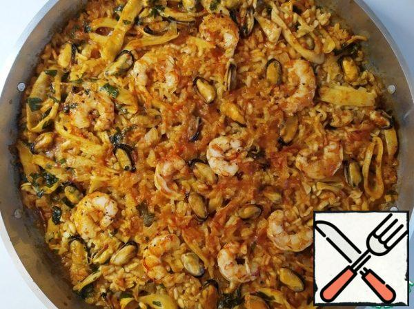 Remove the paella from the heat and cover tightly for 5 minutes to infuse.I tighten the pan with foil. And I throw a couple of towels on top.