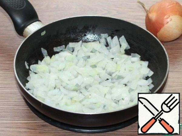 Prepare the sauce. Peel and finely chop the onion or grate it. Then fry in a frying pan in vegetable oil (2 tablespoons) until transparent.