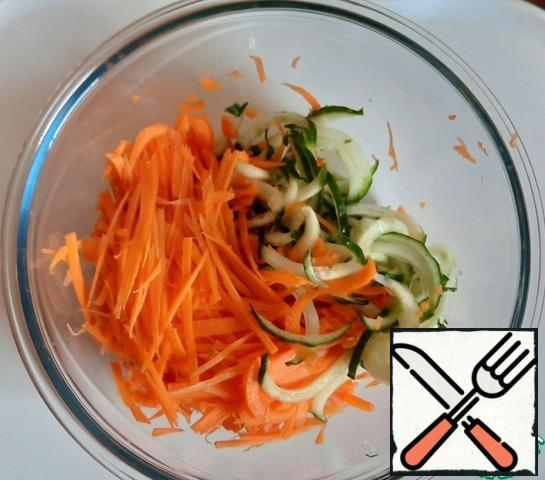 Grate carrots. Cut the cucumber into spirals or strips (do not add the pulp, otherwise it will give a lot of juice).
