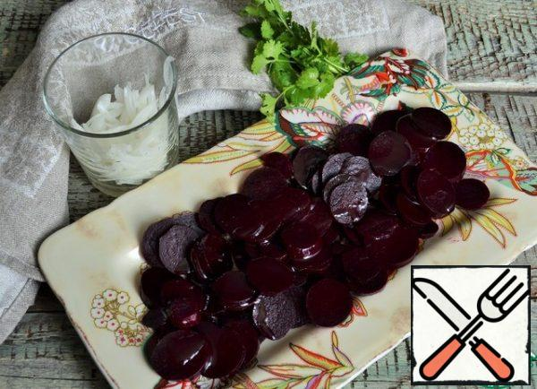 Cut the beets into easy-to-eat pieces, put them on a serving dish, and pour 1 tablespoon of olive oil over them.
