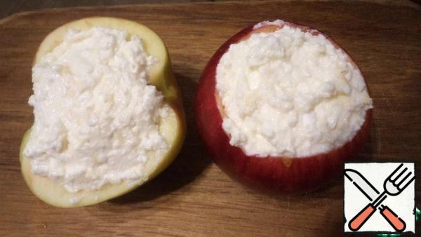 Put the filling in the apples with a spoon and put it in the oven preheated to 180 gr. for 20 minutes, until the curd and cheese filling is browned.