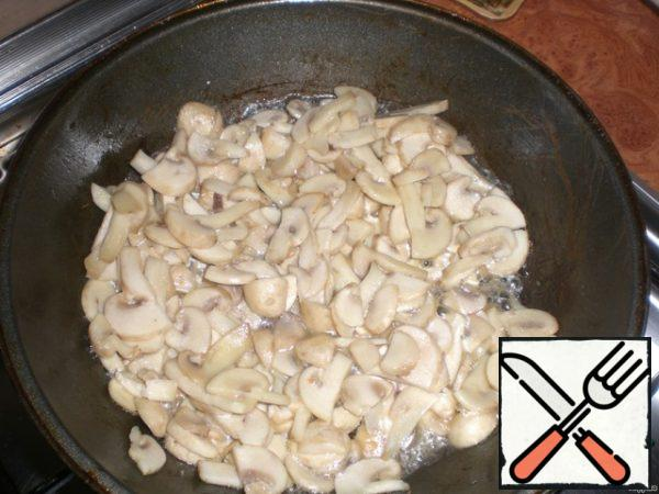 Fry the mushrooms in vegetable oil. Allow to cool.