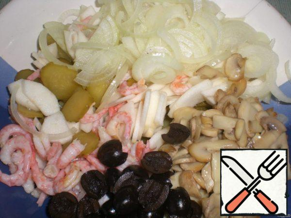 For the sauce, combine mayonnaise, mustard and lemon juice, mix well. Put all the components of the salad in a bowl, pour out the dressing and mix well.