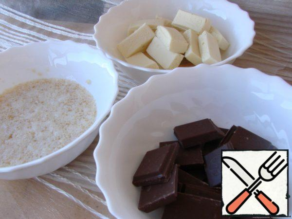 Soak gelatin in 100 ml of milk or water until it swells completely. Break the chocolate and melt in different cups (separately white, separately dark).