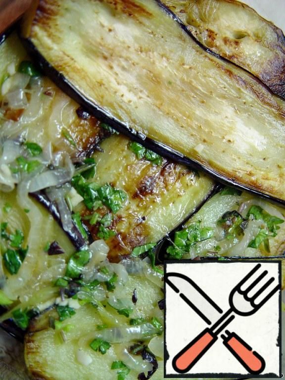 In a suitable container, put a layer of eggplant, lubricate with a mixture of onions and herbs, put the next layer on top, lubricate again and so on until the end.