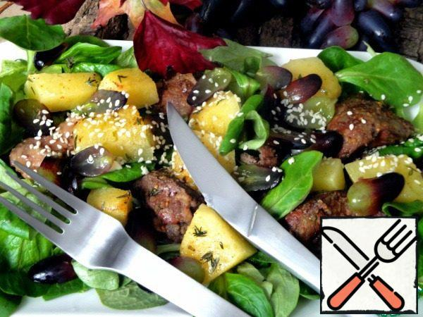 Salt the finished liver. Put on lettuce leaves, add pumpkin, grapes and sprinkle with sesame seeds fried in a dry pan.