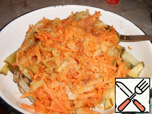 When the liver is ready, take it out in a bowl, in which we will mix. Then fry the onion. When it is almost ready, add the carrots to it. Onions should be Golden and carrots soft, then remove the vegetables from the heat and add to the liver.