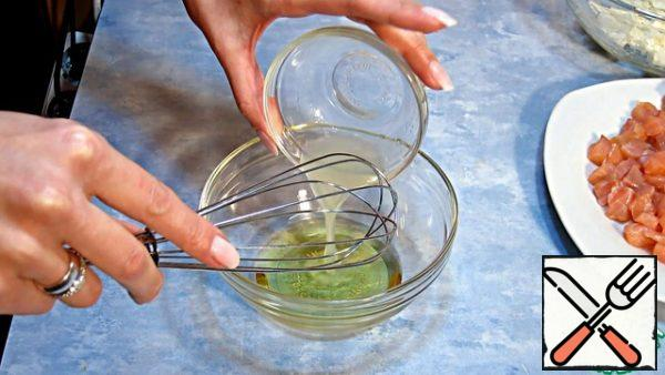 Make the dressing by mixing a spoonful of lemon juice with two spoons of oil with a whisk or fork.