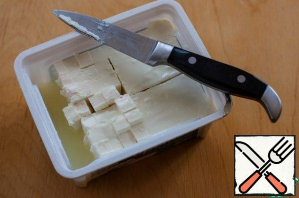 Cut the feta, too, or break it into small pieces. Instead of feta, you can take a young goat's cheese... who loves. I don't like.