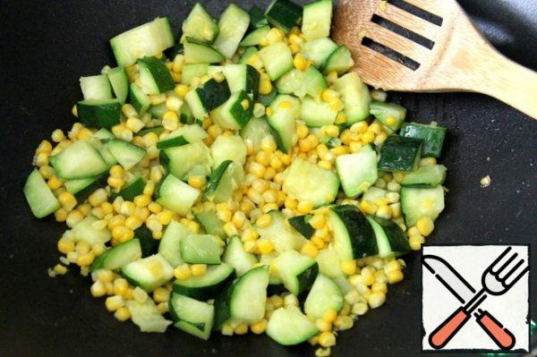 Remove the corn kernels from the cob. Zucchini zucchini cut into cubes. Fry the corn kernels and zucchini with olive oil. Allow to cool.