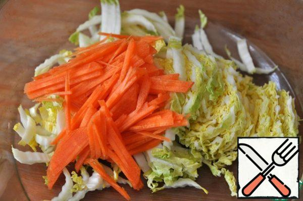 While the steaks are being baked, thinly chop the Peking cabbage and carrots. I was grating carrots.