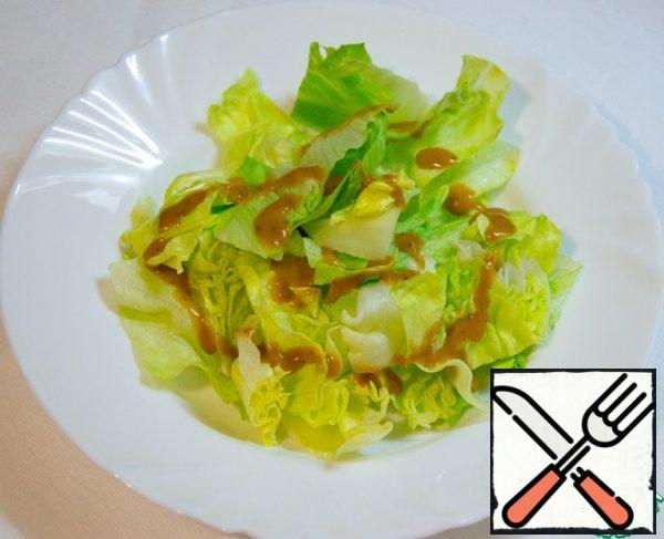 I love iceberg lettuce very much. How juicy and sweet it is. Sprinkle with sesame sauce.