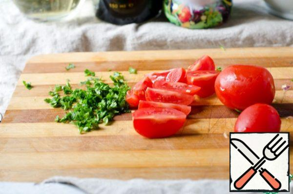 Cut the cherry tomatoes into quarters. Finely chop the parsley.
