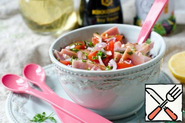 Put the ham, onion, cherry tomatoes and parsley in the salad bowls. Add the dressing and serve.