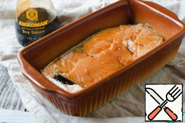 Let's start with cooking salmon. It must be placed in a heat-resistant form and pour 3 tablespoons of soy sauce. Put the form with the fish in a preheated 180 degree oven for 10 minutes, the main thing is not to overdo it, and then it will be dry.