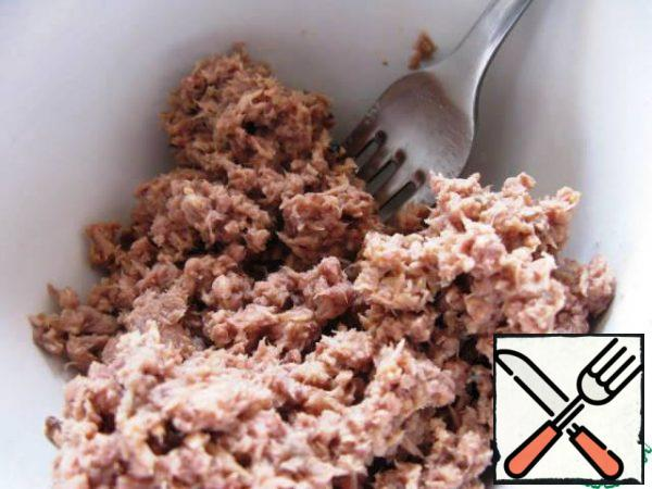 Remove the tuna from the jar and drain all the liquid. Then break the tuna into pieces with a fork.