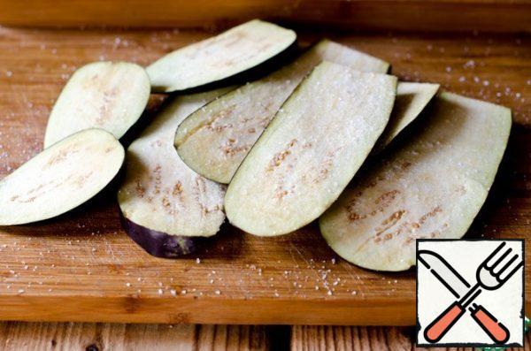 Do the same with eggplant, sprinkle it with salt.