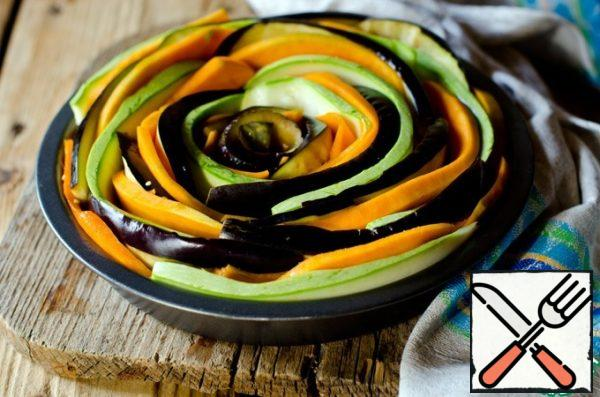 In a heat-resistant baking dish, put the vegetables in a circle, alternating them and giving the shape of a rose. Then pour in the onion, garlic and soy sauce dressing. Sprinkle with thyme leaves and bake in a preheated 180 degree oven for 30 to 40 minutes, until the vegetables are soft.