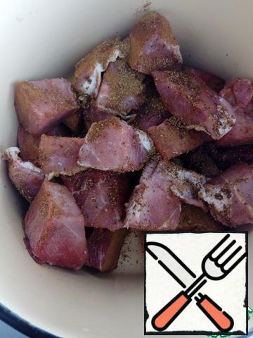 Cut the meat into portions, sprinkle with seasoning, Basil and salt. Mix thoroughly.