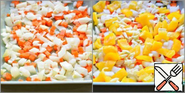 All vegetables should not be cut finely. Put diced onions and carrots in a suitable baking dish. Sweet pepper and coarsely chopped garlic.