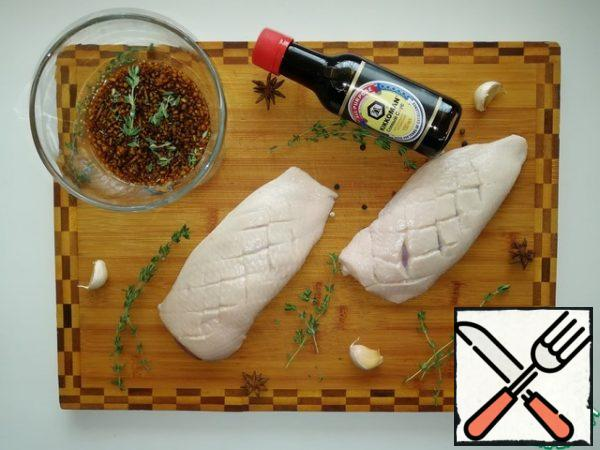 Make neat shallow notches on the duck skin. This is necessary so that when frying, excess fat is melted from the skin and it turns out to be crispy. Preparing the marinade. Mix soy sauce, mustard, salt, sugar, pepper, garlic and thyme.
