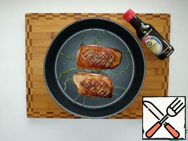 Fry the duck fillet in a well-heated frying pan. First, fry on the skin side for 2 minutes, turn over and fry for 1 minute on the other side. Put the breast on a baking sheet and send it to the oven preheated to 200 degrees for 8-10 minutes. The time depends on the preferred degree of roasting.