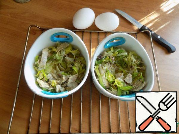 Top with the Turkey and leeks so that there is a little recess in the center for the egg.
