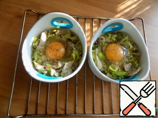 Broke carefully into each form of an egg, keeping the yolk intact. It is important. Salt and pepper a little on top of the egg. If you do it for children, you do not need to salt and pepper immediately. This can be done for yourself in a ready-made dish.