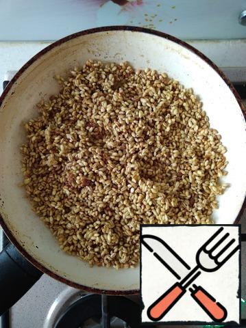 Fry the pearl barley until Golden brown. Add 1/2 Cup of water, salt, and cook under the lid, over low heat until the grits are soft.