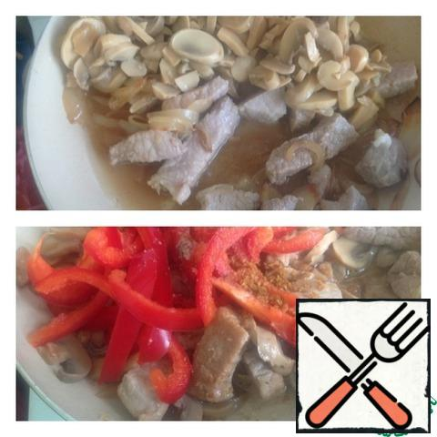 Add the chopped mushrooms to the meat and simmer for 20 minutes. Pepper cut into strips and add to the meat. Stir.