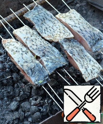 Fry on gray coals for 2-3 minutes, first, the inside.
