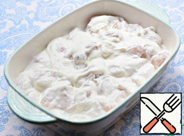 Pour the chicken fillet with sour cream, mix well and put in a baking dish. Place in a preheated 190° oven and cook for 35-40 minutes.