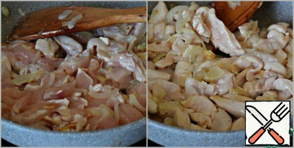 Add the chicken fillet cut into small strips to the pan. Fry the fillet, stirring constantly, until the poultry meat turns white.