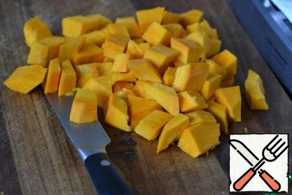 Peel the pumpkin and cut it into pieces.