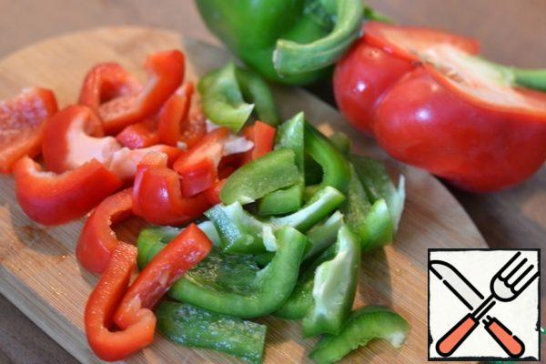 Randomly chop the peppers.