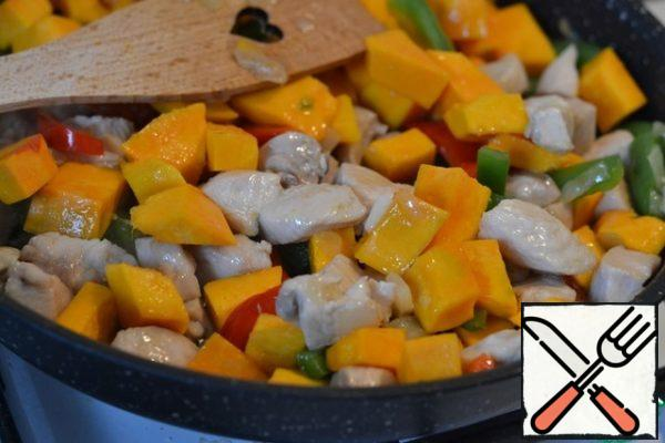 Add the pumpkin and pepper to the chicken fillet. Fry. Add the broth, salt and pepper. Bring to a boil, reduce the heat and cover with a lid to simmer for 20 minutes.